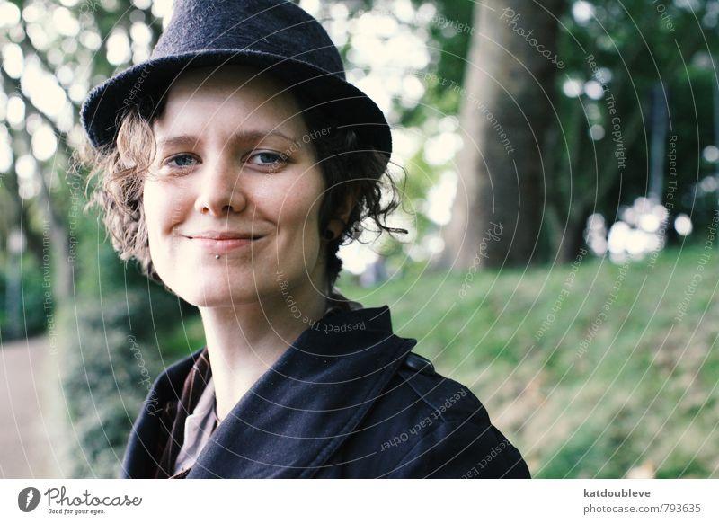 Un rire wandern feminin androgyn Schönes Wetter Garten Park Wald Piercing Hut genießen Lächeln lachen Blick leuchten frech einzigartig Glück Fröhlichkeit