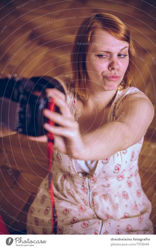 Duckface Selfie Mensch feminin Junge Frau Jugendliche Erwachsene 1 Kleid rothaarig langhaarig frech Fotografieren Parkett Fotokamera DSLR Spiegelreflexkamera