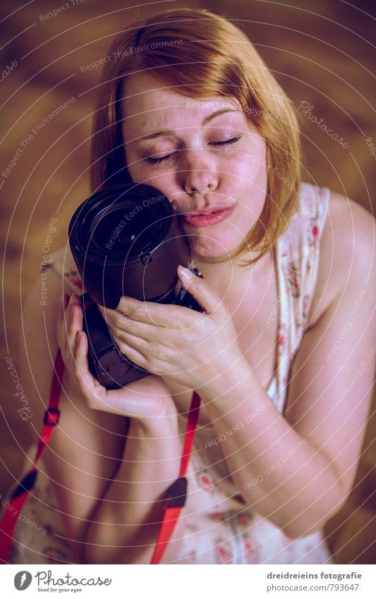 Die einzig wahre Liebe Mensch Frau Jugendliche schön Junge Frau Erwachsene feminin Glück träumen Zusammensein Zufriedenheit berühren Romantik Kitsch Fotokamera