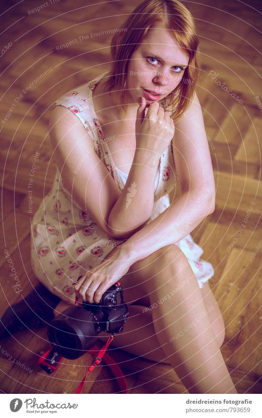 Hey... Spiegelreflexkamera Fotokamera feminin Junge Frau Jugendliche Erwachsene 1 Mensch rothaarig langhaarig Blick sitzen Erotik Parkett Innenaufnahme