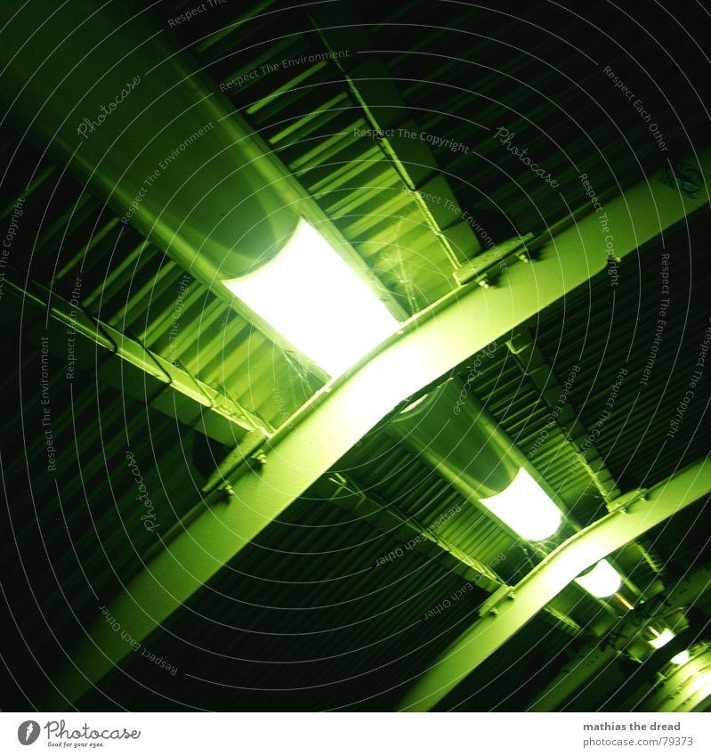 nr. 50 diagonal Blechdach Stahlträger Lampe Licht Neonlicht Träger parallel grün Einsamkeit Menschenleer Dach Tunnel S-Bahn Leuchtstoffröhre Ecke dunkel Tod