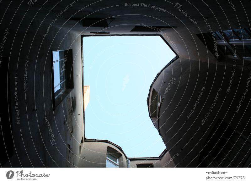 Hinterhof Haus Wand Fenster eingeschlossen dunkel Himmel eng kaputt dreckig Licht Putz unten groß Koloss klein Berlin Schornstein blau sky window close Loch