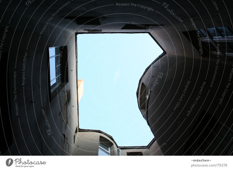 Hinterhof Himmel blau Haus dunkel Berlin Wand oben Fenster Mauer dreckig Arme klein groß geschlossen kaputt
