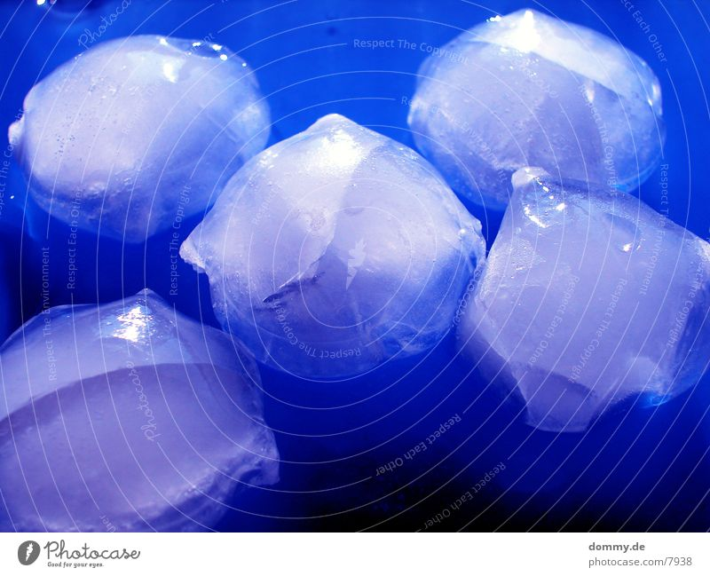BlueEIS kalt Makroaufnahme Nahaufnahme Eis blau blue Wasser kaz