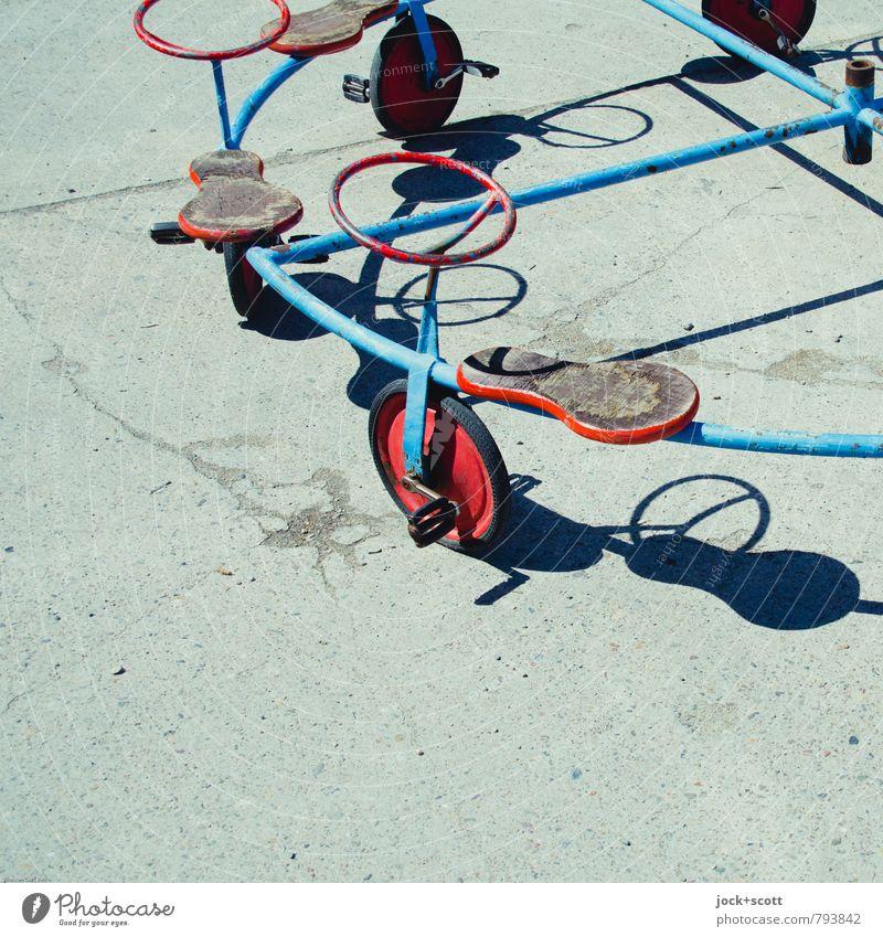 Vierteltakt eines ungewöhnlichen Tretrollers Spielen Kunst Spielzeug Wärme Beton Metall Rost Linie Viertelkreis außergewöhnlich authentisch hell rund verrückt