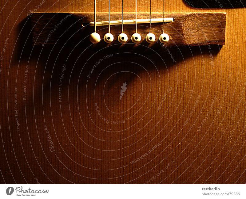 Gitarre Holz Steg Lied Fröhlichkeit singen Hippie Saite akustisch Holzmehl Konzert Musik Feuerstelle hausmusik volkslied folksong accoustic guitar