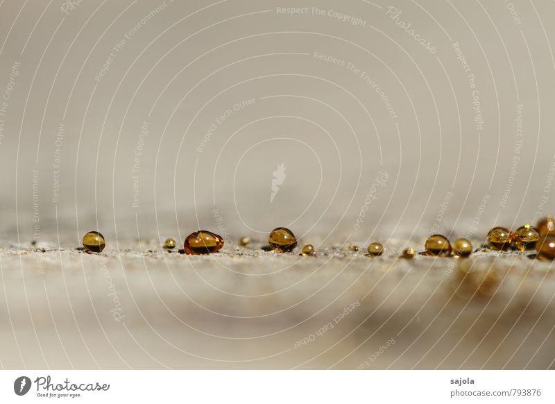 textfreiraum ¦ goldene perlen Natur Holz liegen ästhetisch glänzend natürlich rund grau Baumharz aufgereiht bernsteinfarben Farbfoto Außenaufnahme Nahaufnahme