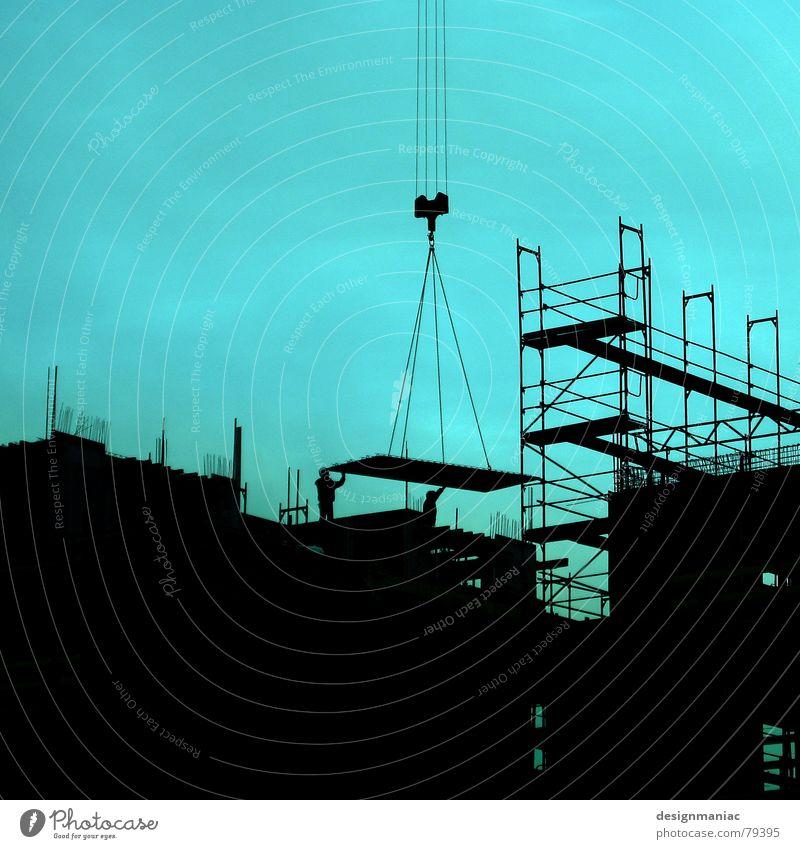 Dritte Etage Himmel grün blau Winter Haus schwarz Wolken kalt Arbeit & Erwerbstätigkeit Wand oben Mauer hell warten dreckig Deutschland