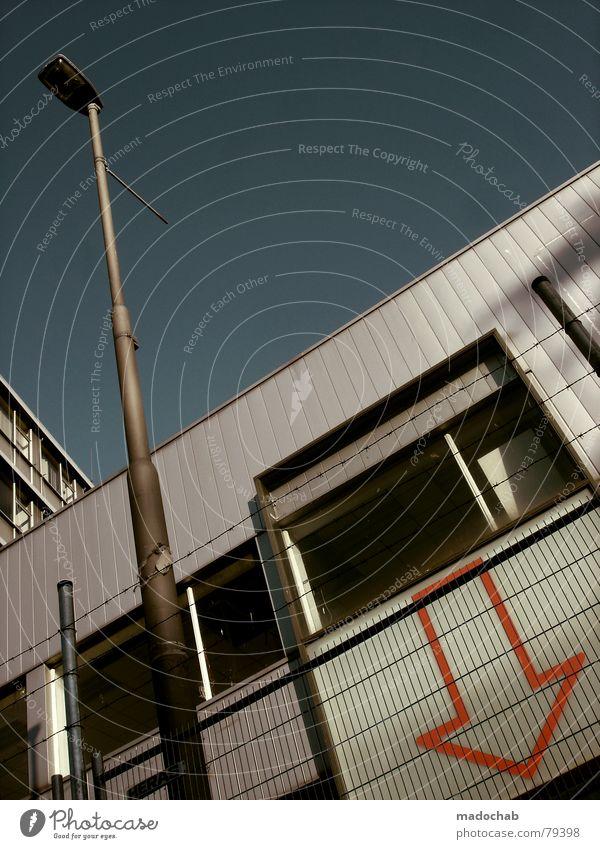FINGERZEIG Himmel Stadt blau Wolken Haus Fenster Leben Architektur Gebäude Freiheit fliegen Lampe oben Arbeit & Erwerbstätigkeit Wohnung Design