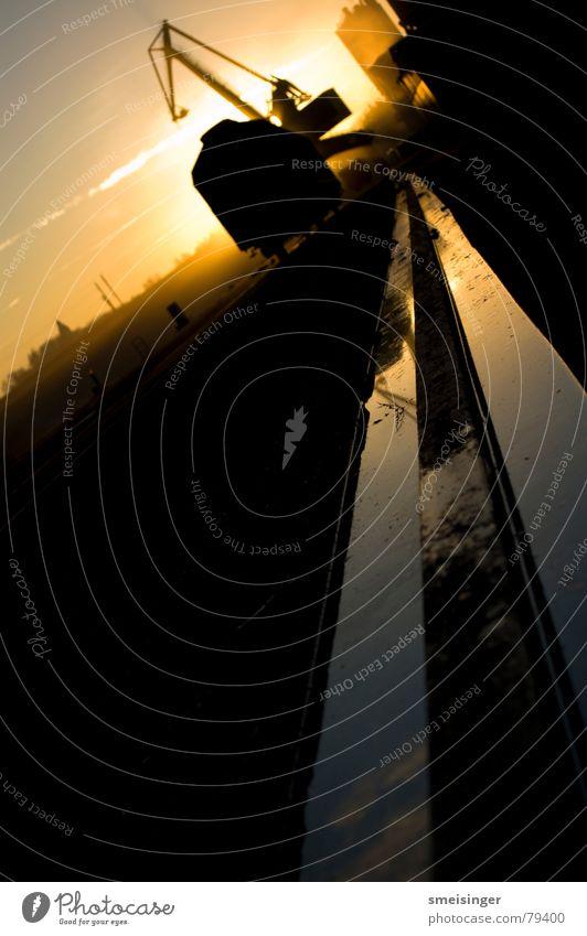 industrial romance #4 Rinnstein Frachtraum Ware Kran Sonnenuntergang Stimmung dunkel Schifffahrt Dock schwarz Abend Anlegestelle Licht Smog Ambiente Gegenlicht