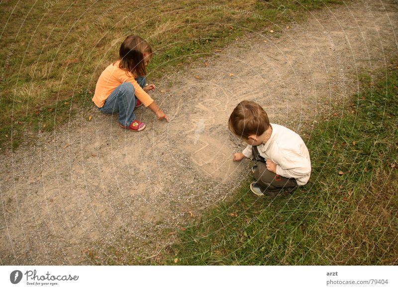 kleine künstler Mensch Kind Natur grün Mädchen Herbst Spielen Gras Junge Wege & Pfade Stein Kreativität Grafik u. Illustration Rasen Idee Bild