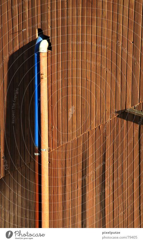 Rohrsalat Flucht Scheune Zusammensein Fluchtpunkt Physik Wand rot 2 graphisch trist aufregend Bauernhof Stall Holzwand Außenaufnahme Detailaufnahme Deutschland