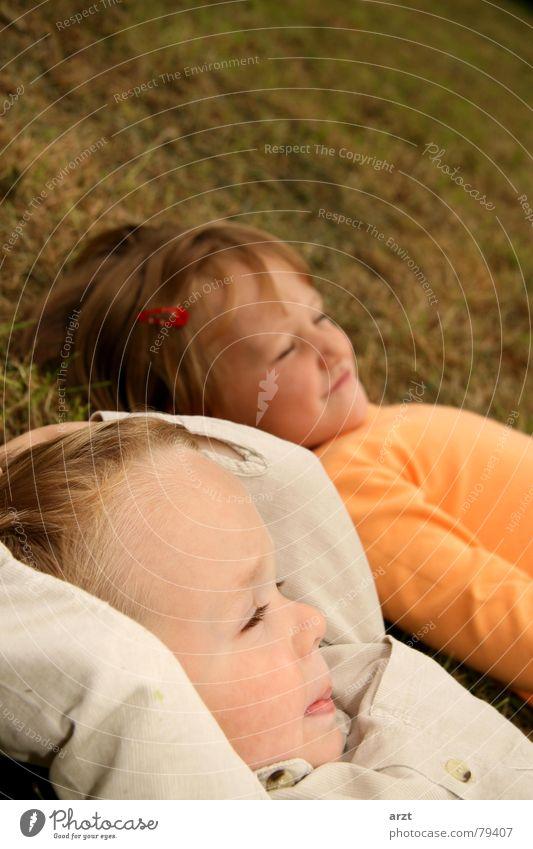 sorglos Mensch Kind Mädchen grün ruhig Erholung Junge Herbst Wiese Spielen Gras träumen Zufriedenheit klein frei Rasen