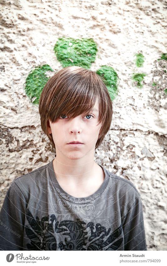 Porträt vor Kleeblatt Mensch Kind Jugendliche schön grün Sommer Wand Graffiti Mauer Stil Glück Stimmung maskulin 13-18 Jahre authentisch stehen