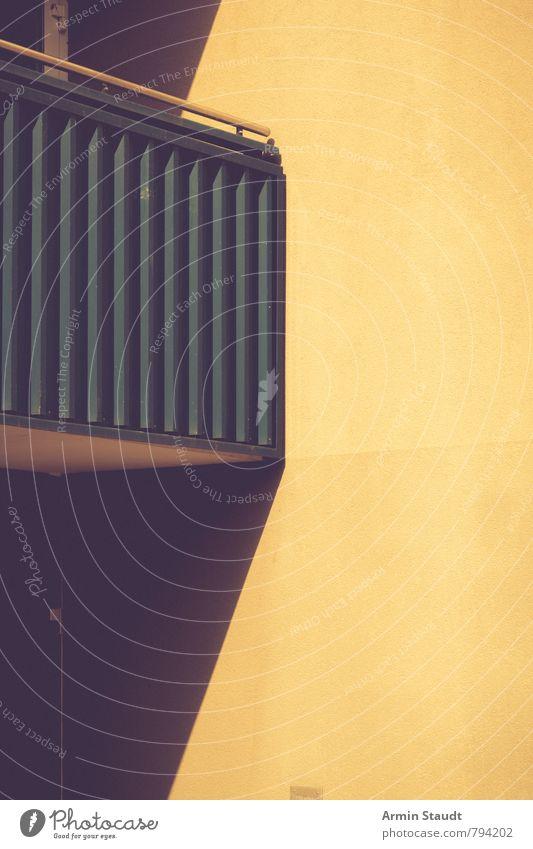 Balkonien Sommer Stadt Stadtzentrum Menschenleer Haus Bauwerk Architektur Mauer Wand alt Armut authentisch dunkel einfach heiß trashig trist gelb Stimmung