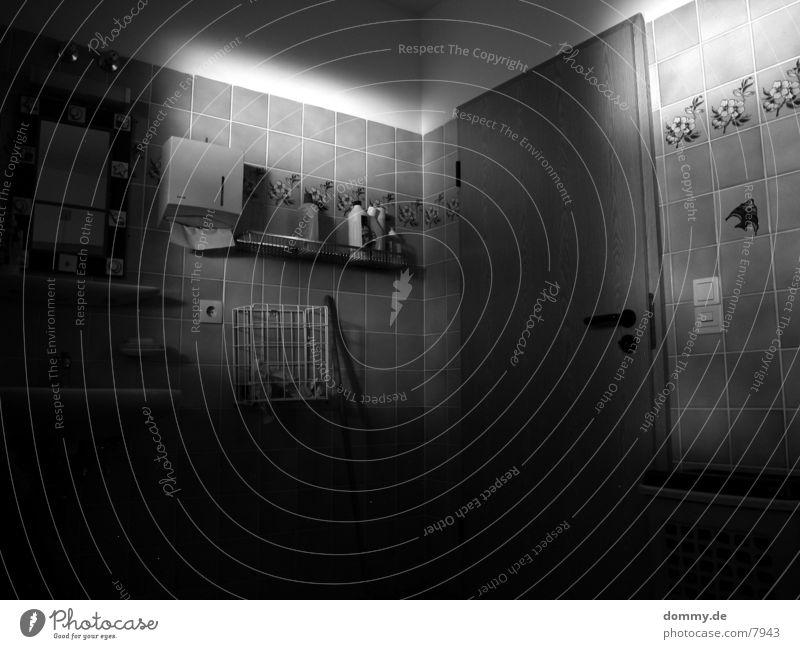 Light in the Bath Bad Spiegel Architektur Tür Schwarzweißfoto Fliesen u. Kacheln kaz