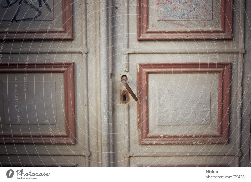 Als Türen noch aus Holz waren, ne... weiß rot Graffiti Holz grau Kunst dreckig Tür ästhetisch Vergänglichkeit Kultur historisch geheimnisvoll Vergangenheit Verfall Rost