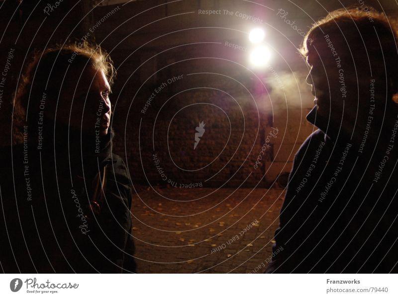 Flüster-knistern... Seine sprechen geheimnisvoll Partnerschaft Problematik Gedanke Trauer Freundschaft Hoffnung Nacht dunkel Dämmerung kalt Winter Herbst Mauer