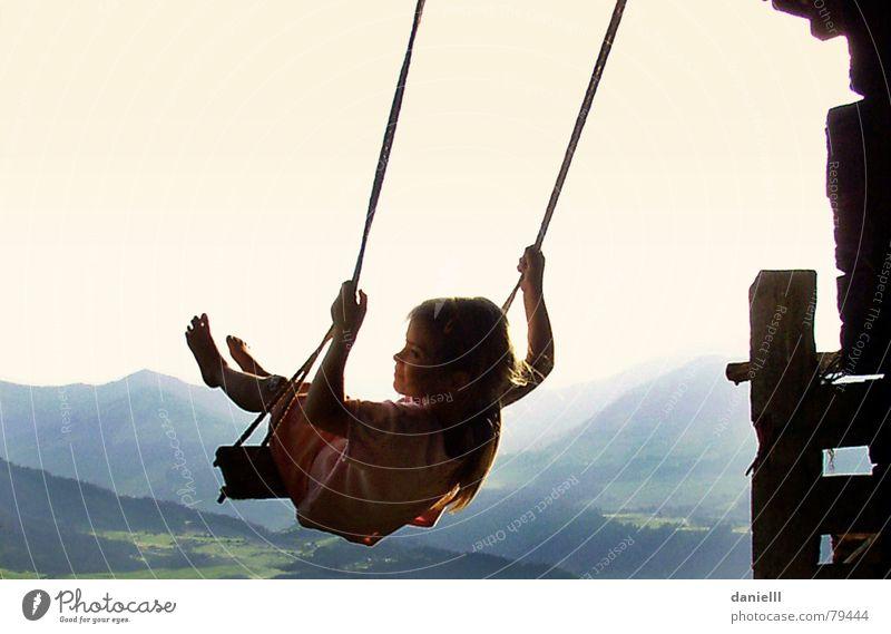 Genießerin Kind Mädchen Sommer Freude Ferien & Urlaub & Reisen ruhig Erholung Berge u. Gebirge Freiheit Fuß Gesundheit Wellness gefährlich bedrohlich