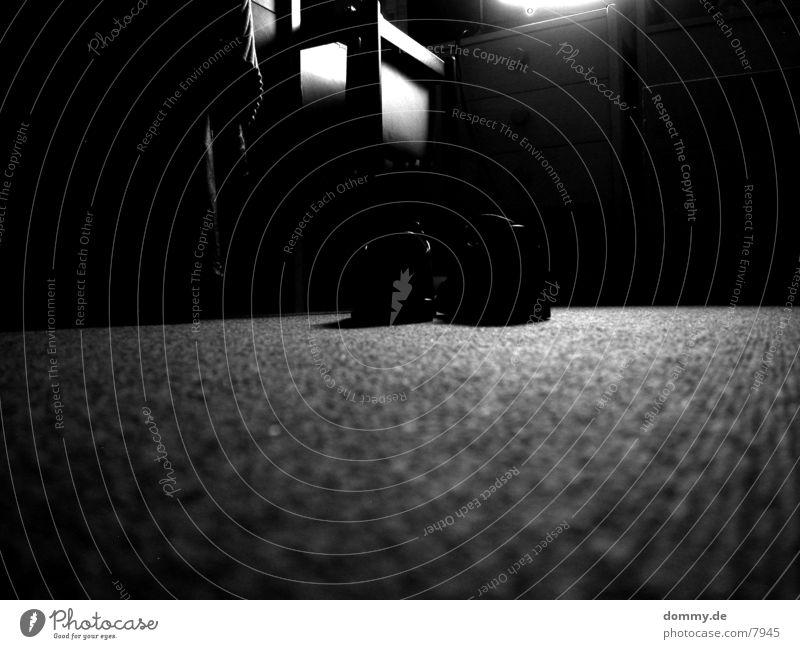Schüchen Schuhe Langzeitbelichtung Häusliches Leben Schreibtisch fernsehr Schwarzweißfoto kaz