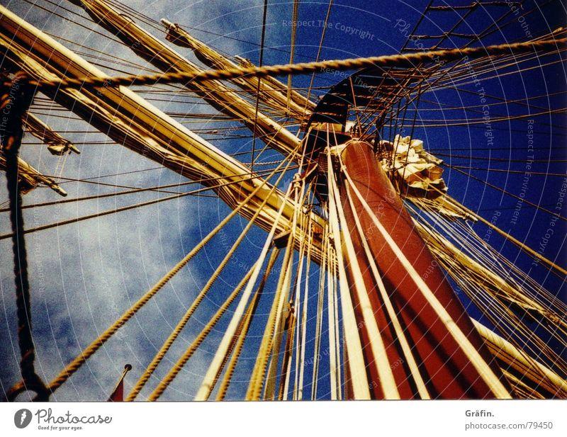Auf Matrosen Himmel blau Wasser Meer Wolken Spielen Wasserfahrzeug Seil Hafen Sehnsucht Segeln Anlegestelle Strommast Pfosten Takelage
