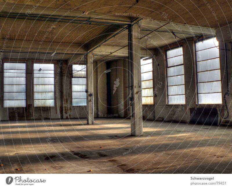 Fensterfront alt Einsamkeit Gebäude hell Beleuchtung dreckig Glas Beton Industrie Fabrik Baustelle verfallen Bauwerk Lagerhalle