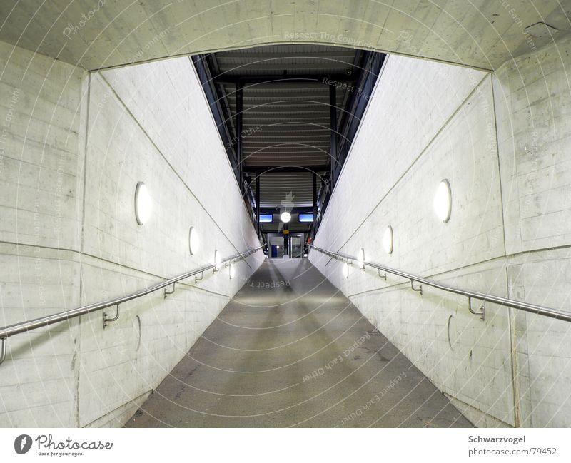 Aufweg Lampe dunkel Wege & Pfade hell Beleuchtung Eisenbahn Station Bürgersteig Bahnhof Symmetrie Bahnsteig Bahnfahren