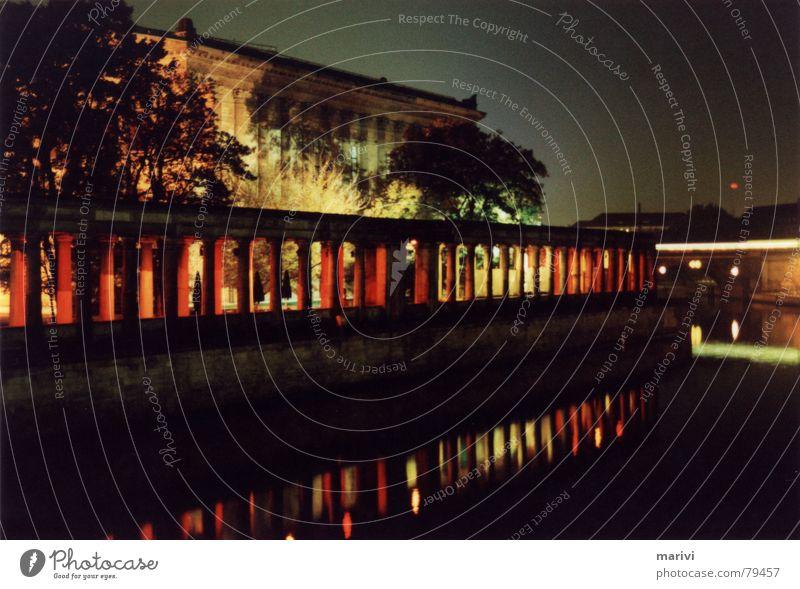Die roten Kolonnaden Nacht Geschwindigkeit Reflexion & Spiegelung Licht S-Bahn Spree Museumsinsel dunkel Berlin Arkaden Fluss Deutschland Wasser Schatten Säule
