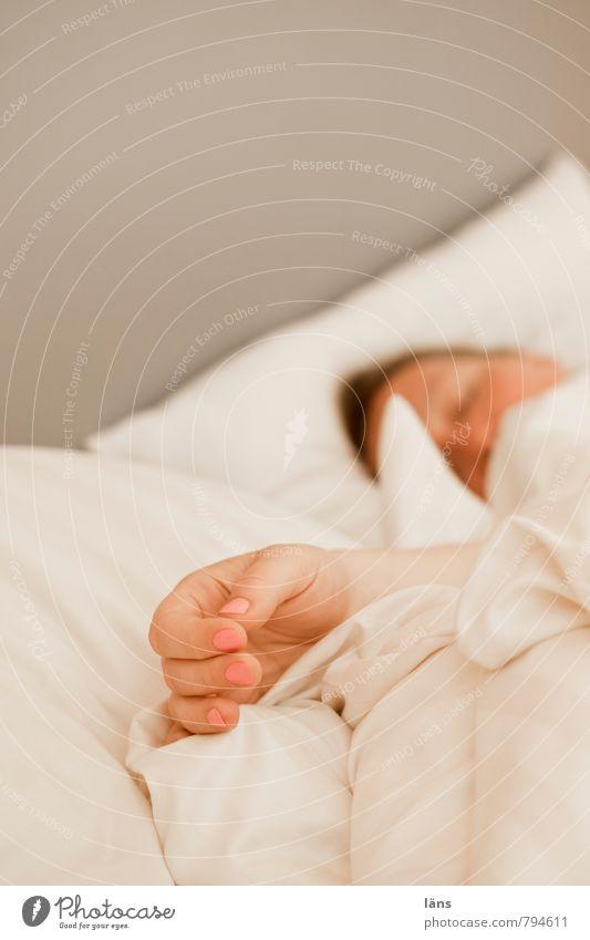wochenende Mensch Erholung Hand ruhig Erwachsene feminin Kopf liegen Zufriedenheit schlafen Bett Bettwäsche Wohlgefühl Geborgenheit strecken Schlafzimmer