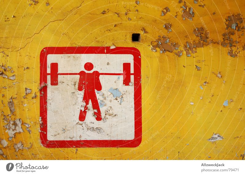 Hau Ruck! Mann alt rot gelb Sport Wand Spielen Mauer verfallen Hinweisschild Symbole & Metaphern Gewicht Putz heben schwer stoßen