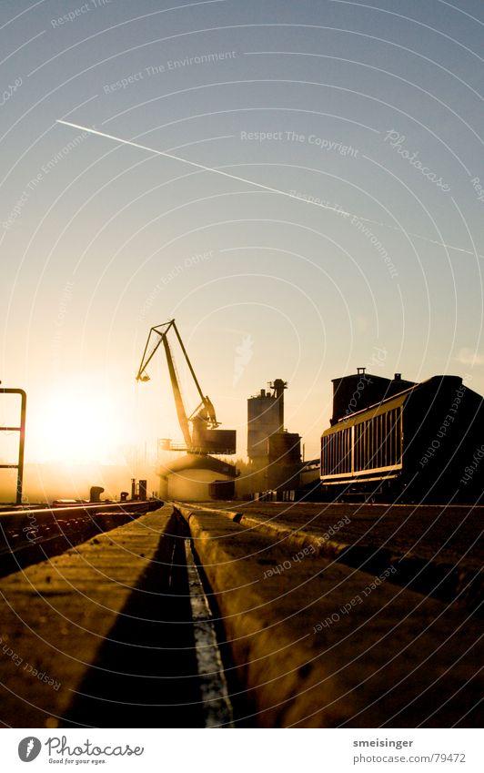industrial romance #5 Wasser Himmel Sonne schwarz Farbe dunkel Stimmung nass Industrie Fluss Hafen Gleise Erdöl Anlegestelle Schifffahrt Kran