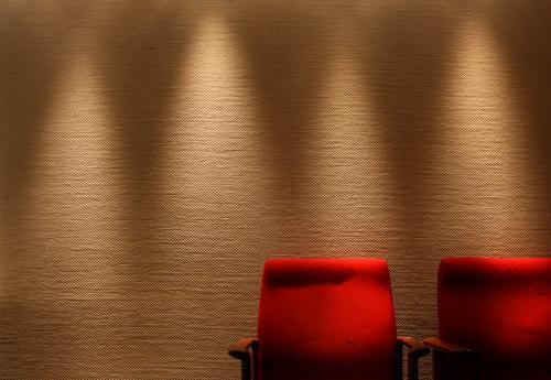 1¾ Stuhl - Raum ist Luxus! Kultur Stuhllehne erleuchten Präsentation Licht weich dunkel Sessel Holz Stoff Wand Tapete rot Erholung Blick bequem kalt Physik