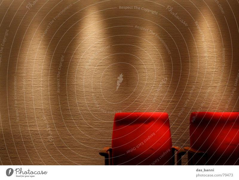 1¾ Stuhl - Raum ist Luxus! rot ruhig Erholung kalt dunkel Wand Holz Stil Wärme Mauer hell Kunst 2 Arme warten