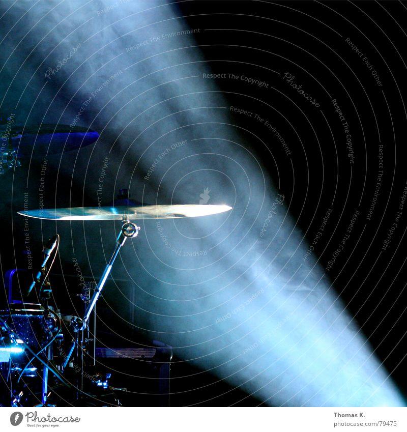 Licht ins Dunkel (oder: The Drummer's Wife) Schlagzeug Trommel dunkel Konzert Bühnenbeleuchtung Rack Musik Snare Tom Tom Show Blues Jazz alternativ Scheinwerfer