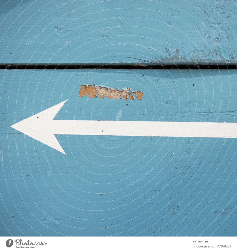 ab nach links Stadt Haus Mauer Wand Fassade Holz Zeichen Schriftzeichen Ziffern & Zahlen Schilder & Markierungen Hinweisschild Warnschild Verkehrszeichen blau