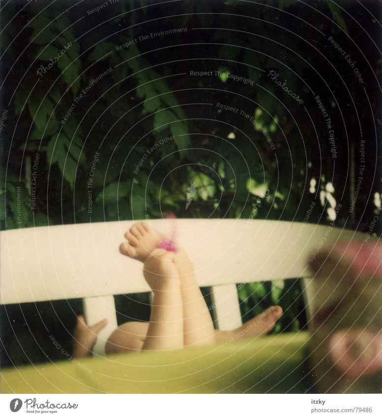 Rosas Füße Sommer Kind Balkon Spielen grün Hand polaroid  ® Polaroid Fuß
