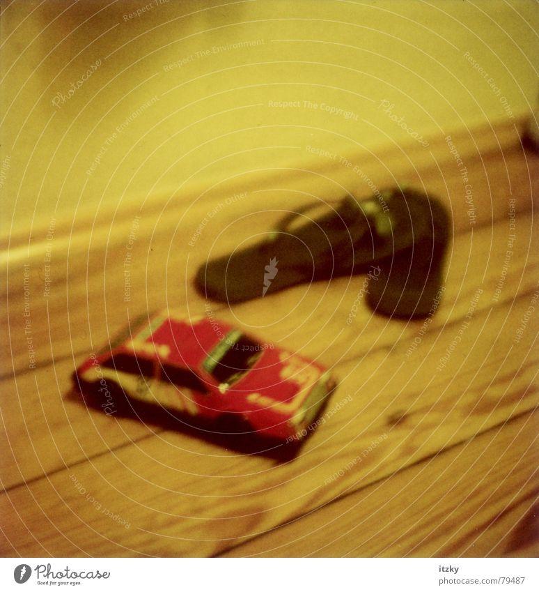 Flip Flop Car Schuhe Flipflops Stillleben Spielzeug gelb Polaroid obskur PKW