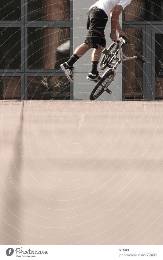 bmx Mensch Mann Jugendliche rot Sommer Freude Sport Spielen Fenster Wärme hell braun Freizeit & Hobby Fahrrad Aktion Bodenbelag