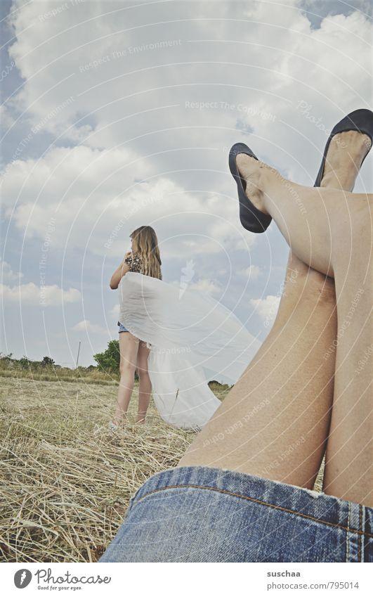 beinüberschlag Mensch Himmel Kind Natur Sommer Wolken Mädchen Umwelt Leben feminin Beine Fuß Horizont Feld Körper Haut
