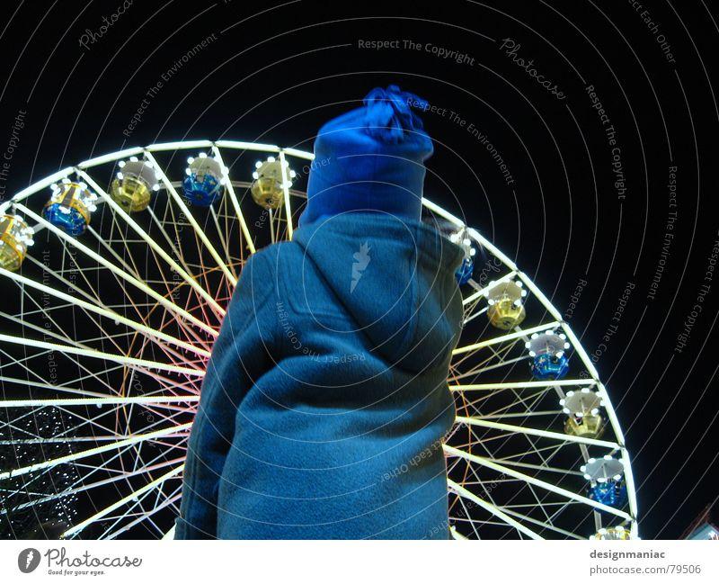 Riesenklein Mensch Kind weiß blau Freude Winter Haus schwarz gelb Lampe dunkel kalt grau hell Beleuchtung