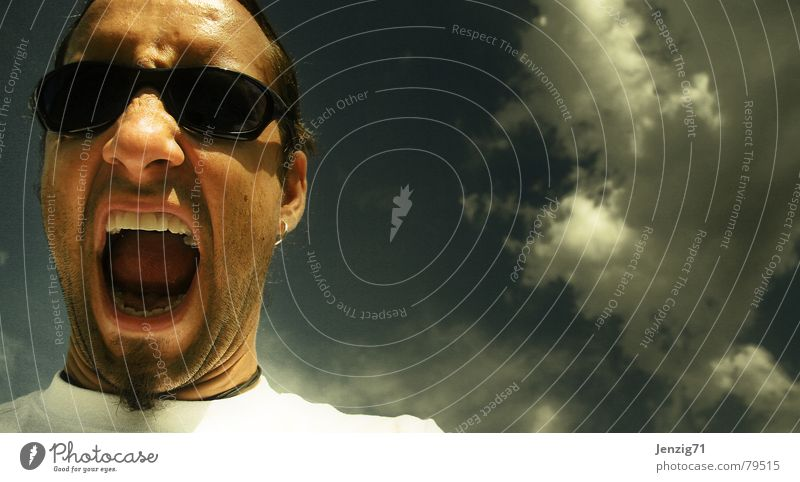Warte! Mann Himmel Sommer Gesicht Auge Wolken sprechen Haare & Frisuren Kopf Mund warten Brille Wut schreien Sonnenbrille Ärger