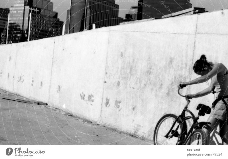 city girl Sommer Trauer Verzweiflung lonelyness black & withe outdoor portrait bicycle ruhig buildings tired sad