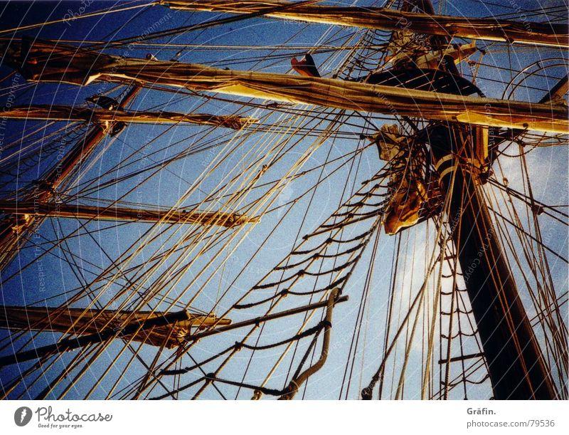 Auf Matrosen II Windjammer Takelage Wasserfahrzeug Segeln Seil Liegeplatz Anlegestelle Dock Rah Segelschiff Meer Kreuzfahrt Hafen Lomografie dreimaster Himmel