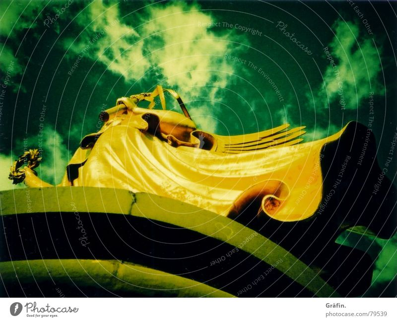 Goldelse Erfolg Statue Siegessäule gelb grün Denkmal Cross Processing Symbole & Metaphern Nacht Berlin Skulptur Büste Straße des 17. Juni historisch Lomografie