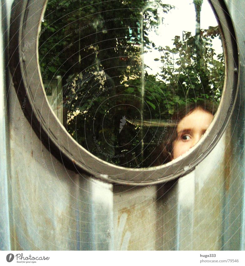 she's got the look flüchtig brünett Kind Fenster Wellblech Wand Neugier Mädchen rund Bullauge Reflexion & Spiegelung Blick Loch beobachten dunkel Angst Panik
