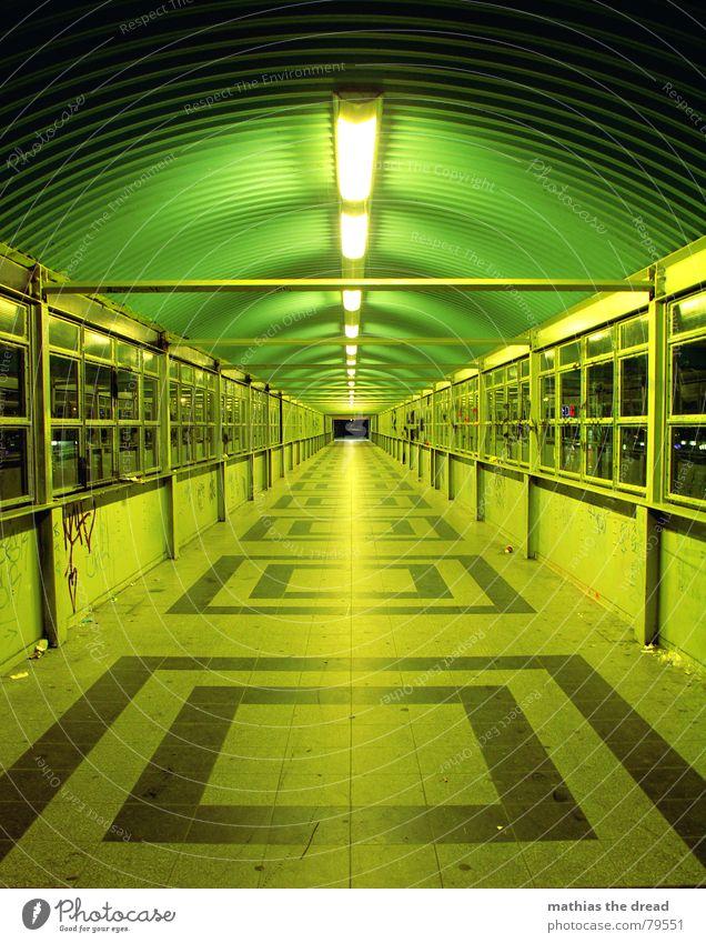 immer geradeaus Quadrat Neonlicht spät Fenster Licht Einsamkeit Symmetrie Muster dunkel gefährlich Fluchtpunkt Nacht grün Tunnelblick Friedrichshain ruhig hell