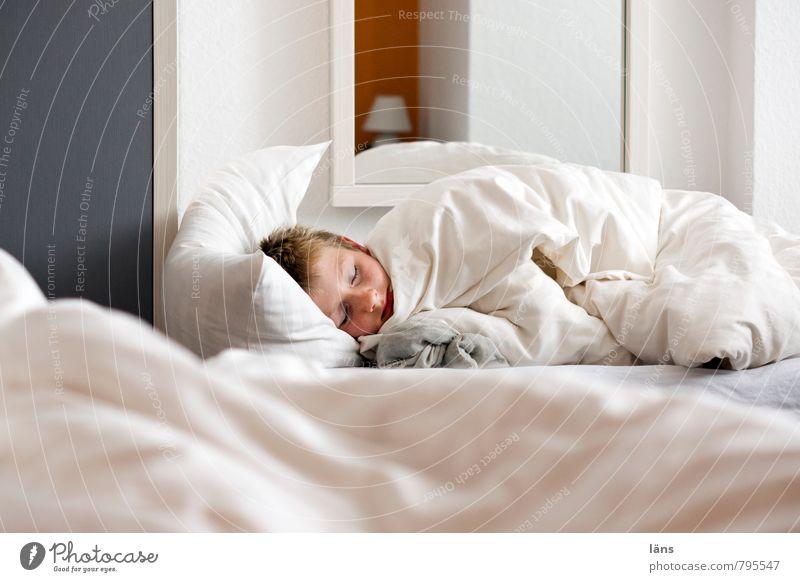 schlafendes Kind - noch ne runde Bett Bettwäsche ruhen Junge zudecken Erholung Schlafzimmer Kissen träumen Kopfkissen Innenaufnahme Morgen Bettdecke gemütlich