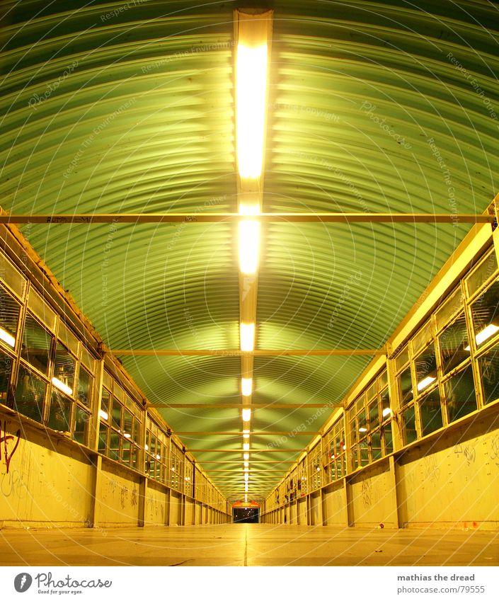 ... it`s a long long way now ... grün geradeaus Symmetrie Muster dunkel gefährlich Fluchtpunkt Nacht Licht ruhig hell Einsamkeit Bodenbelag Berlin Fenster