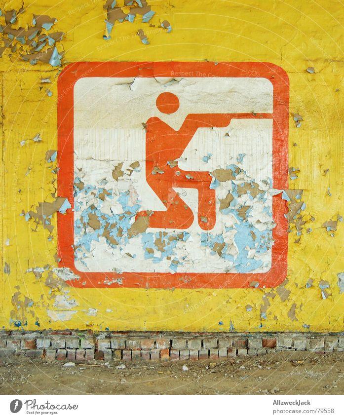 Gut gezielt is halb... Mann alt rot gelb Farbe Sport Wand Spielen Mauer Waffe dreckig verfallen Hinweisschild Symbole & Metaphern Ruine Putz