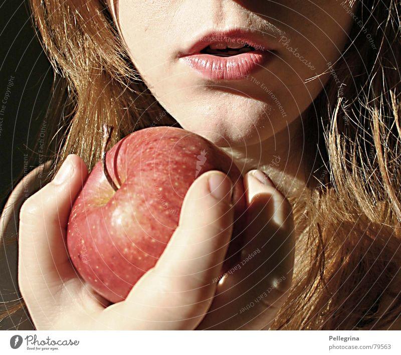 Temptation 2 Frau Hand Gesicht Mund Lippen Apfel verführerisch Sünde Schneewittchen